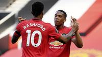 Penyerang Manchester United, Anthony Martial, melakukan selebrasi usai membobol gawang Sheffield United pada laga Premier League di Stadion Old Trafford, Rabu (24/6/2020). Manchester United menang dengan skor 3-0. (AP/Michael Regan)