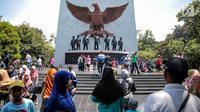 Sejumlah pengunjung memadati Monumen Pancasila Sakti di Lubang Buaya, Jakarta, Minggu (1/10). Bertepatan dengan peringatan hari Kesaktian Pancasila, sejumlah pelajar mengadakan napak tilas ke monumen Kesaktian Pancasila. (Liputan6.com/Faizal Fanani)