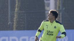 Bek Marseille asal Argentina Leonardo Balerdi mengontrol bola selama sesi latihan di Marseille (24/11/2020). Marseille akan bertanding melawan Porto pada Grup C Liga Champions di Stade Orange Velodrome. (AFP/Nicolas Tucat)