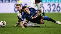 Bek Juventus Matthijs de Ligt dan pemain Inter Milan Lautaro Martinez terjatuh saat berebut bola dalam lanjutan kompetisi Serie A 2019-2020 di Stadion Giuseppe Meazza, Minggu (6/10/2019). Juventus memenangi duel bertajuk Derby d'Italia dengan keunggulan 2-1 atas Inter. (Marco Bertorello / AFP)