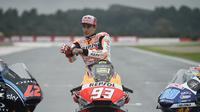 Pembalap Repsol Honda, Marc Marquez saat melakukan sesi foto sebagai juara dunia MotoGP 2018. (JOSE JORDAN / AFP)