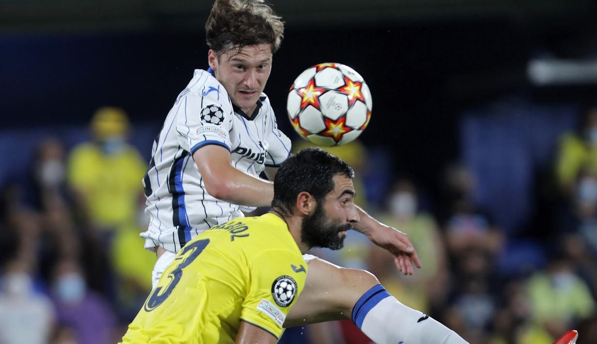 Villarreal harus puas bermain imbang 2-2 dengan tamunya Atalanta dalam laga matchday pertama Grup F Liga Champions 2021/2022 di La Ceramica Stadium, Selasa (14/9/2021). Gol bek Atalanta, Robin Gosens pada menit ke-83 membuyarkan keunggulan 2-1 Villarreal. (Foto: AP/Alberto Saiz)
