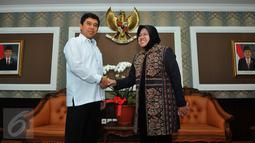 Menteri Pendayagunaan Aparatur Negara dan Reformasi Birokrasi Yuddy Chrisnandi (kiri) bersalaman dengan Walikota Surabaya, Tri Rismaharini (kanan) di Kantor Kemenpan, Jakarta, Selasa (4/8/2015). (Liputan6.com/Andrian M Tunay)