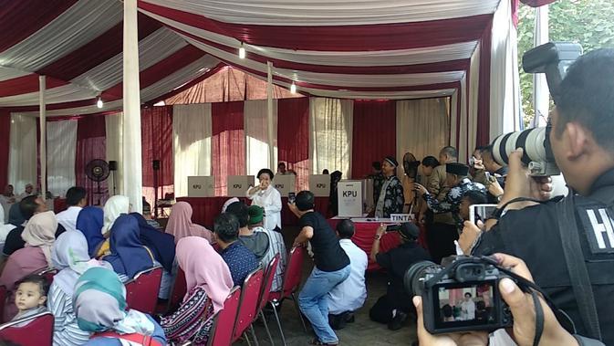 Presiden ke-5 RI Megawati Soekarnoputri usai mencoblos di TPS 62 Kebagusan, Jaksel.