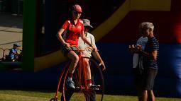 Seorang wanita belajar mengendarai sepeda klasiknya selama Sydney Classic Bicycle Show 2017 di Canterbury Velodrome di Sydney (6/5). Ajang ini menampilkan sepeda dari tahun 1800 sampai sekarang. (AFP Photo/Peter Parks)