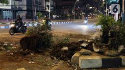 Sejumlah pot beserta tanamannya terlihat rusak parah di kawasan Gondangdia, Jakarta, Kamis (8/10/2020). Unjuk rasa menentang disahkannya Omnibus Law UU Cipta Kerja berujung aksi anarkis merusak berbagai fasilitas umum. (Liputan6.com/Helmi Fithriansyah)