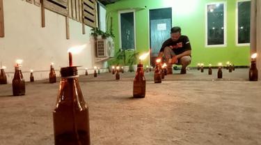 Puluhan pelita dinyalakan di halaman rumah warga Gorontalo di Kota Palu. Tradisi itu dilakukan di malam ke-27 Ramadan. (Foto: Heri Susanto/ Liputan6.com).
