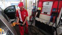 Petugas mengisi bahan bakar jenis Premium di SPBU Cikini, Jakarta, Kamis (24/12). Jelang awal tahun 2016, Pemerintah memutuskan menurunkan harga Bahan Bakar Minyak (BBM) jenis Premium dan Solar. (Liputan6.com/Angga Yuniar)