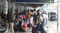 Calon penumpang menyusuri lajur pejalan kaki di Stasiun Pasar Senen, Jakarta, Jumat (21/12). Puncak mudik libur panjang Natal 2018 dari Jakarta dengan kereta api diprediksi pada 21-22 Desember. (Liputan6.com/Helmi Fithriansyah)