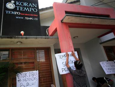 Sejumlah poster di tempel di depan Kantor Tempo Biro Jateng-Yogyakarta saat unjuk rasa AJI Yogyakarta (26/2). Aksi di gelar sebagai bentuk solidaritas atas atas pemecatan koresponden Tempo di Jayapura. (Liputan6.com/Boy Harjanto)
