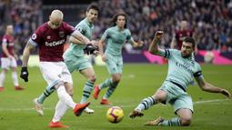 Striker West Ham United, Marko Arnautovic, melepaskan tendangan saat melawan Arsenal pada laga Premier League di Stadion London, Sabtu (12/1). West Ham United menang 1-0 atas Arsenal. (AP/Tim Ireland)