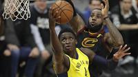 LeBron James berusaha mencegah Victor Oladipo mencetak poin pada gim kedua play-off NBA (AP)
