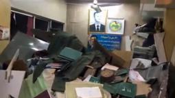 Suasana di dalam sebuah kantor polisi di kawasan Midan, akibat bom bunuh diri di Damaskus, Suriah, 16 Desember 2016. Menurut pihak berwenang, gadis ini meminta izin untuk menggunakan toilet kantor polisi tersebut. (Reuters TV)