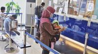 Nasabah antre melakukan transaksi perbankan di KCU Bank Mandiri Bintaro, Tangerang Selatan, Banten, Jumat (26/2/2021). Syarat 3 T yang ditetapkan LPS yakni Tercatat, Tingkat bunga simpanan tidak lebihi bunga penjaminan LPS, dan Tidak menyebabkan bank menjadi bank gagal. (Liputan6.com/Angga Yuniar)