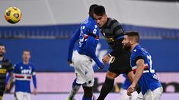 Striker Inter Milan, Lautaro Martinez (tengah) melepaskan sundulan diantara dua pemain Sampdoria dalam laga lanjutan Liga Italia 2020/21 pekan ke-16 di Luigi Ferrari Stadium, Rabu (6/1/2021). Inter Milan kalah 1-2 dari Sampdoria. (AFP/Marco Bertorello)