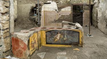 """Gambar yang dirilis pada 26 Desember 2020 menunjukkan termopolium, semacam konter """"makanan cepat saji"""" pinggiran jalan (street food) pada era Romawi kuno, di Pompeii. Dikenal sebagai termopolium, bahasa Latin untuk konter makanan dan minuman panas. (Luigi Spina/Parco Archeologico di Pompei via AP)"""
