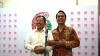 Usai rapat tertutup di Kantor PB IDI, Jakarta, kemarin (30/10/2019), Menkes Terawan dan Ketua IDI Daeng M Faqih saling merangkul dan tersenyum. (Liputan6.com/Fitri Haryanti Harsono)