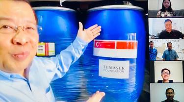 Perusahaan asal Singapura memberi bantuan hand sanitizer untuk Batam dan difasilitasi oleh KBRI setempat.