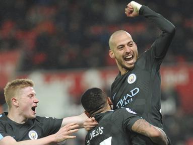 Ekspresi pemain Manchester City, David Silva usai membobol gawang Sotke City pada lanjutan Premier League di Bet 365 Stadium, Stoke, (13/3/2018). Manchester City menang 2-0. (AP/Rui Vieira)