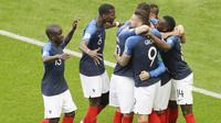 Para pemain Prancis merayakan gol yang dicetak oleh Antoine Griezmann ke gawang Argentina pada laga 16 besar Piala Dunia di Stadion Kazan, Sabtu (30/6/2018). Prancis menang 4-3 atas Argentina. (AP/Sergei Grits)