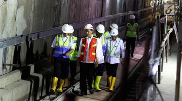Presiden Joko Widodo dan beberapa tokoh meninjau pengerjaan proyek terowongan bawah tanah mass rapid transit (MRT), fase 1 di Bundaran HI, Jakarta, Rabu (7/3). Peninjauan untuk memastikan kesiapan MRT Jelang ASIAN Games 2018. (Liputan6.com/Johan Tallo)