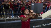 Gelandang Timnas Indonesia, Saddil, Ramdani, melakukan swafoto usai laga melawan Thailand. (Bola.com/Vitalis Yogi Trisna)