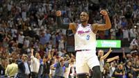 Selebrasi bintang Miami Heat Dwyane Wade setelah mencetak poin penentu kemenangan atas Philadelphia 76ers pada lanjutan NBA 2017-2018 di AmericanAirlines Arena, Selasa (27/2/2018) atau Rabu (28/2/2018) WIB. (AP Photo/Charles Trainor Jr)