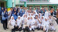 Kepala BKKBN Hasto Wardoyo dan Bupati Singkawang Tjhai Chui Mie berfoto bersama mahasiswi dan mahasiswa Politeknik Kesehatan Pontianak, Jurusan Keperawatan Singkawang, Kalimantan Barat pada Senin (16/2/2020)