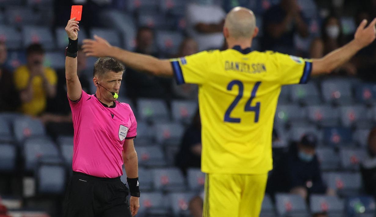 Kartu merah bek Swedia, Marcus Danielson pada laga 16 besar Euro 2020 terjadi ketika babak tambahan permainan. Skor yang awalnya satu sama, berubah menjadi 2-1 setelah Ukraina mampu memanfaatkan kekurangan pemain Swedia di menit injury time babak tambahan 2x15 menit itu. (Foto: AP/Pool/Lee Smith)