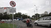 Kendaraan melintas di Jalan Medan Merdeka Barat, Jakarta, Selasa (9/1). Mahkamah Agung (MA) membatalkan Pergub DKI Jakarta larangan sepeda motor melintas di sepanjang Jalan MH Thamrin hingga Jalan Medan Merdeka Barat. (Liputan6.com/Arya Manggala)