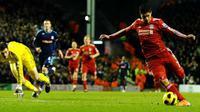 Striker Liverpool Luis Suarez (kanan) mencetak gol penutup kemenangan 2-0 atas Stoke City pada partai Liga Premier di Anfield, 2 Februari 2011. AFP PHOTO/PAUL ELLIS