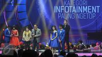 Perwakilan Halo Selebriti memberikan sambutan saat meraih penghargaan di SCTV Awards 2015, Jakarta, Sabtu (28/11/2015). Halo Selebriti menjadi Pemenang Kategori Nominasi Infotainment Lebar Paling Ngetop. (Liputan6.com/Helmi Afandi)