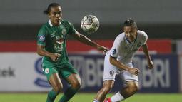 Pemain Arema FC, Dendi Santoso (kanan) berebut bola dengan pemain PSS Sleman, Samsul Arifin dalam laga pekan ke-3 BRI Liga 1 2021/2022 di Stadion Pakansari, Bogor, Minggu (19/9/2021). Arema FC kalah 1-2. (Bola.com/M Iqbal Ichsan)