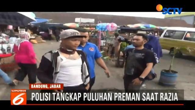 Tak hanya preman, petugas kepolisian juga menyisir sejumlah warung penjual minuman keras atau miras.