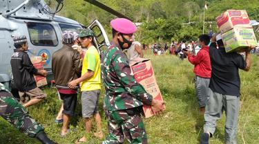 2 helikopter TNI AL dikerahkan untuk mengirimkan bantuan ke wilayah terisolasi akibat gempa di Sulbar. (Foto: Liputan6.com/Abdul Rajab Umar)