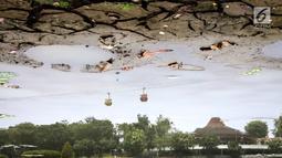 Terlihat dasar danau buatan yang kering karena musim kemarau di Taman Archipelago, Taman Mini Indonesia Indah (TMII), Jakarta, Sabtu (15/9). Sejumlah perahu angsa terpaksa tidak beroperasi akibat debit air menyusut. (Liputan6.com/Fery Pradolo)