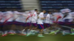 Para pemain Chelsea melakukan pemanasan selama sesi latihan di stadion Dragao di Porto, Portugal (28/5/2021). Chelsea lolos ke final setelah menyingkirkan Real Madrid di semifinal. (AP Photo/Manu Fernandez)