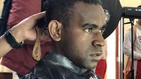 Calon Paskibraka Nasional 2019 dari Papua, Carolus Keagop Kateyau saat potong rambut sesuai ketentuan Paskibraka Nasional. (Foto: Liputan6.com/Ratu Annisaa Suryasumirat).