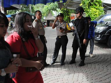 Jemaah mulai berdatangan ke Gereja Katedral, Jakarta, Sabtu (24/12) Antusias para peserta misa ibadah natal kali ini diprediksi akan lebih ramai dibanding tahun sebelumnya. (Liputan6.com/Helmi Afandi)