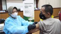 Personel Polda Metro Jaya dan tenaga kesehatan yang bertugas sebagai pemberi vaksin atau vaksinator mendapatkan perlindungan imun tubuh.