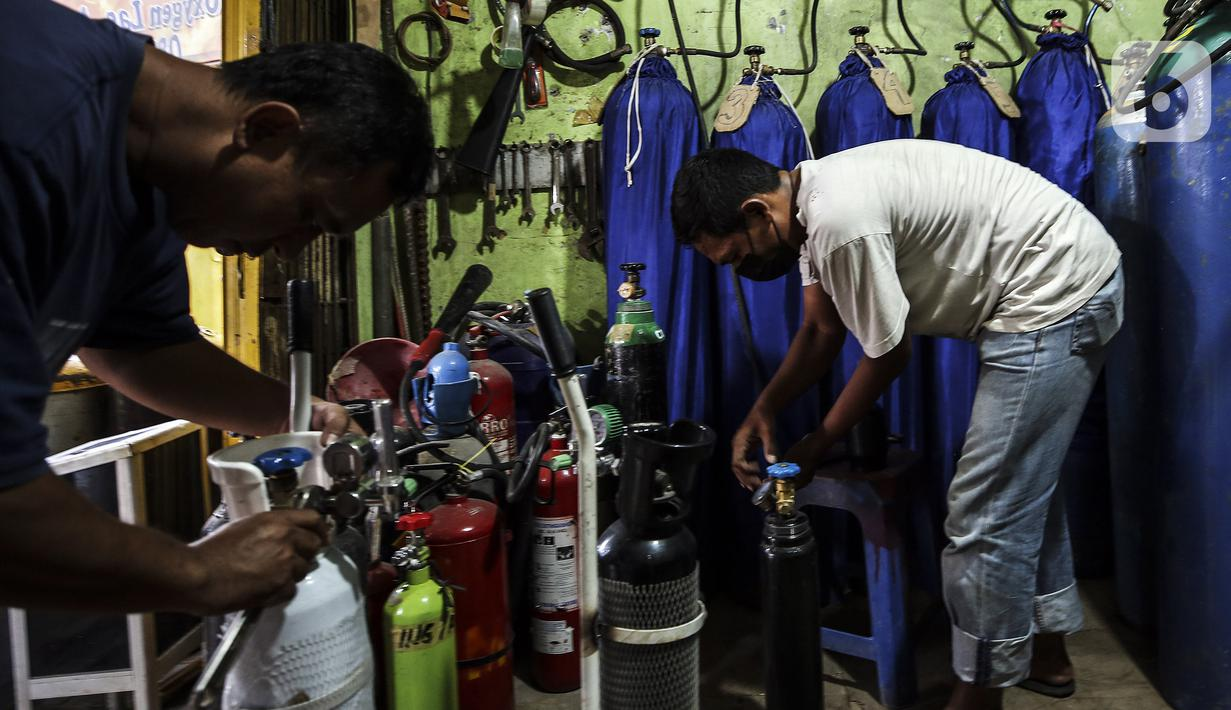 Pekerja memeriksa tabung oksigen di agen isi ulang oksigen Tiga Saudara kawasan Joglo Raya, Jakarta Barat, Kamis (17/6/2021). Seiring meningkatnya jumlah kasus COVID-19 di DKI Jakarta, permintaan oksigen untuk kebutuhan medis rumahan masih belum ada lonjakan. (Liputan6.com/Johan Tallo)