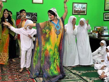 Artis seksi Fifie Buntaran mengadakan buka bersama dengan anak yatim piatu di yayasan Muhammadiyah, Jakarta, (14,7/14) (Liputan6.com/ Panji Diksana)