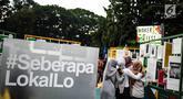 Pengunjung  mengamati produk kerajinan UKM dalam acara MakerFest 2018 di Gelora Bung Karno, Senayan, Jakarta, Minggu (16/12). Sebanyak 102 UMKM berpartisipasi dalam Gerakan Bangga Kreasi Lokal di Makerfest Indonesia. (Liputan6.com/Faizal Fanani)