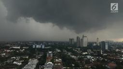 Pemandangan saat awan mendung menyelimuti langit Jakarta, Kamis (1/2). BMKG juga meminta warga mengantisipasi potensi angin berkecepatan tinggi. (Liputan6.com/Immanuel Antonius)