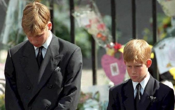 Pangeran William dan Pangeran Harry berkabung atas kehilangan ibu mereka Putri Diana saat proses pemakaman (AFP)