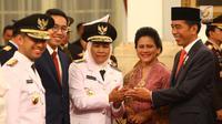 Presiden Joko Widodo dan Ibu Negara Iriana memberi selamat kepada Gubernur dan Wakil Gubernur Jawa Timur Khofifah Indar Parawansa dan Emil Elestianto Dardak usai pelantikan di Istana Negara, Jakarta, Rabu (13/2). (Liputan6.com/Angga Yuniar)
