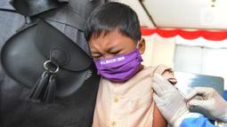 Siswa kelas 1 mendapatkan suntikan vaksin tetanus difteri (TD) di SDI Al Hidayah, Cinere, Depok, Jumat (20/11/2020). Program imunisasi kepada pelajar di Kota Depok terus berjalan guna menjaga kesehatan anak dan meningkatkan imunitas tubuh di masa pandemi COVID-19. (merdeka.com/Arie Basuki)