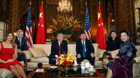Presiden AS, Donald Trump didampingi Ibu Negara, Melania Trump bersama Presiden China, Xi Jinping beserta Ibu Negara, Peng Liyuan sebelum melakukan pertemuan di resor Mar-a-Lago milik Trump di negara bagian Florida, Kamis (6/4). (AP Photo/Alex Brandon)