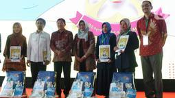 Menteri Kesehatan, Terawan Agus Putranto (ketiga kiri) usai menyerahkan buku edukasi Remaja Sehat Penuh Gizi kepada  perwakilan instansi pemerintah dan guru saat peringatan Hari Gizi Nasional ke-60 di halaman Gedung Kementerian Kesehatan, Jakarta, Selasa (28/1/2020). (Liputan6.com/Angga Yuniar)