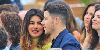 Nick Jonas membawa Priyanka Chopra untuk menemaninyas aat hadir di pernikahan sang sepupu, Rachel Tamburellu di New Jersey. (Jackson Lee / SplashNews.com/ E! News)